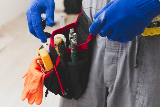 electrician-with-tools-belt_23-2147743109